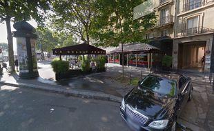 Trois des bombes ont atterri sur la terrasse de ce restaurant situé place de l'Etoile, à Paris.