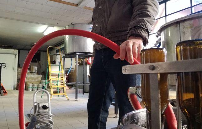 Le petit système de lavage conçu spécialement pour la brasserie La Narcose fonctionne manuellement grâce à une pompe à eau.