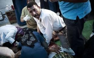 Des docteurs soignent un partisan du président déchu Mohamed Morsi après avoir été blessé dans des heurts avec les forces de sécurité à Nasr City, en Egypte, le 27 juillet 2013.