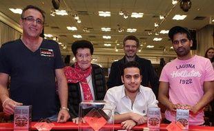 Jérémie Guez (assis) et ses poursuivants avec les propriétaires du Casino Es Saadi, lieu du Marrakech Poker Open, le 14 mars 2011.