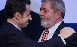 """Le président Nicolas Sarkozy poursuit mardi sa visite à Rio où il doit scelller avec son homologue brésilien Lula da Silva le rapprochement franco-brésilien en signant un """"Partenariat stratégique"""", dont la première manifestation concrète devait être la vente par la France d'une cinquantaine d'hélicoptères de transport et de quatre sous-marins conventionnels"""