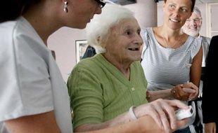 Une personne âgée jouant à la Wii de Nintendo, le 2 août 2010, à Lille.