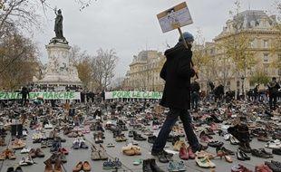 A Paris, la marche pour le climat prévue le 29 novembre 2015, interdite après les attentats du 13 novembre, a été remplacée par un rassemblement symbolique de chaussures de militants écologistes.