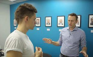 Le journaliste et blogueur Youri Dude en compagnie de l'avocat Alexeï Navalny, dans une vidéo YouTube diffusée le 18 avril 2017.
