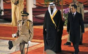 France's President Nicolas Sarkozy (R) is welcomed by Saudi Arabia's King Abdullah Ibn Abdul Aziz Al Saud at Riyadh airport January 13, 2008. Sarkozy arrived in Riyadh for a two-day official visit. REUTERS/Philippe Wojazer (SAUDI ARABIA)