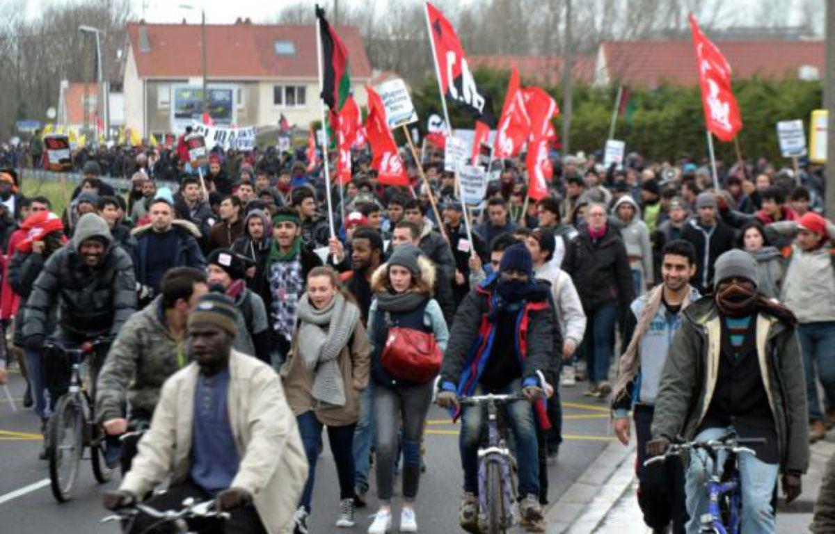 """Manifestation à Calais en soutien aux migrants du camp de la """"Jungle"""", réclamant """"des conditions d'accueil dignes"""", le 23 janvier 2016 – FRANCOIS_LO_PRESTI AFP"""