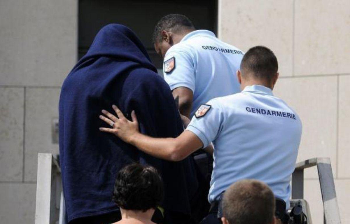 """Le violeur présumé des campings de l'Ardèche interpellé vendredi soir dans son village avant d'être mis en examen et écroué, a """"exprimé des remords vis à vis des victimes"""", a déclaré mardi à l'AFP son avocate, Me Carole Muzi (bien Muzi), jointe par téléphone. – Franck Pennant afp.com"""