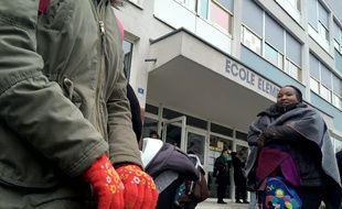 Les parents manifestent devant l'école élémentaire Reuss au Neuhof, privée en partie de chauffage.