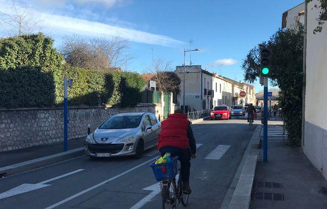 Un cycliste sur la route, entre la cité Gély et le début de la piste cyclable, sur le faubourg Figuerolles