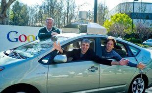 Le trio à la tête de Google: Larry Page, sur le siège du conducteur, Sergey Brin à l'arrière et Eric Schmidt, debout.