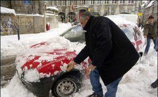 La neige a entraîné de nombreuses perturbations dans les Alpes, le centre et l'est de la France, où des milliers de personnes sont restées bloquées toute la nuit de samedi à dimanche sur la route et dans des trains.