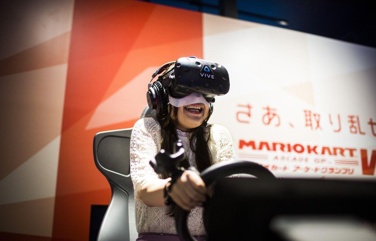 Une jeune femme joue à la version en réalité virtuelle de «Mario Kart», à la VR Zone de Shinjuku, à Tokyo. – Behrouz MEHRI / AFP