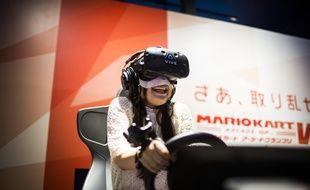 Une jeune femme joue à la version en réalité virtuelle de «Mario Kart», à la VR Zone de Shinjuku, à Tokyo.