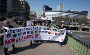 Manifestation de salariés de Radio France, devant la Maison de la Radio, à Paris, le 8 avril 2015.
