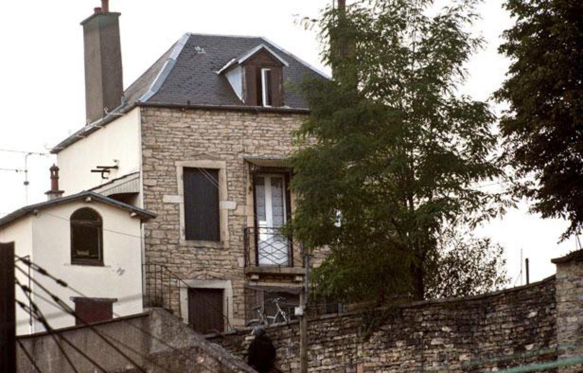 Vue de la maison où un homme armé, âgé d'une trentaine d'années, a séquestré les parents de son ex-concubine, venus récupérer ses affaires, avant de tuer sa belle-mère puis de se suicider le 6 août 2012 à Dijon (Côte-d'Or). – A.FINISTRE / AFP