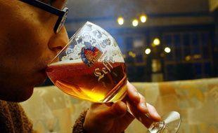 Un étudiant déguste une bière Leffe à Bruxelles.
