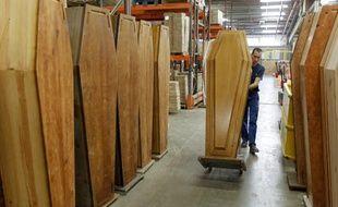 L'entreprise M2F, une usine de cercueil, leader européen, fabrique 60.000 cercueils par an.