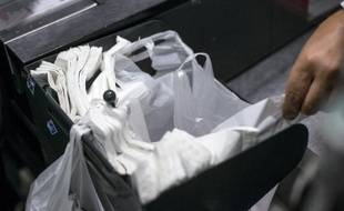 Des sacs plastiques dans un supermarché à Paris