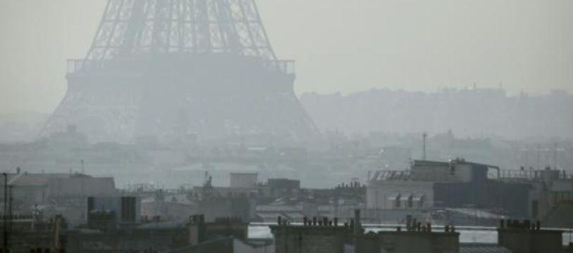 La Tour Eiffel aperçue à travers un nuage de pollution aux particules fines, le 14 mars 2014 à Paris