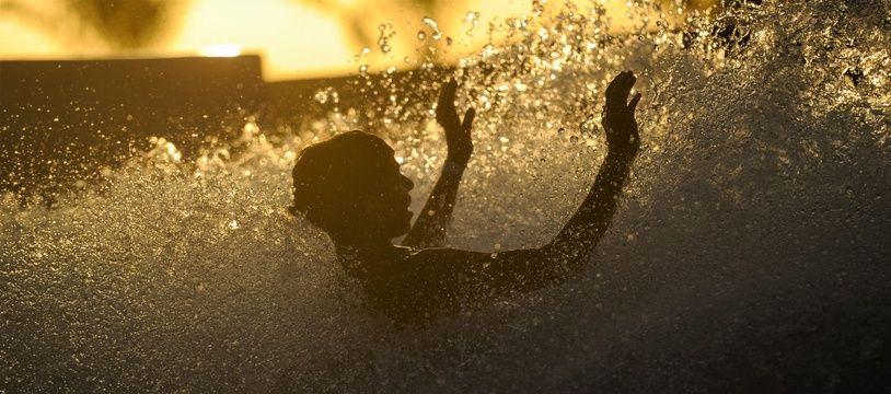 Un enfant dans une piscine.