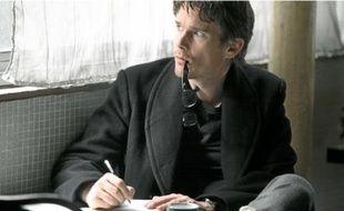 Ethan Hawke interprète dans La Femme du Vème un romancier américain.
