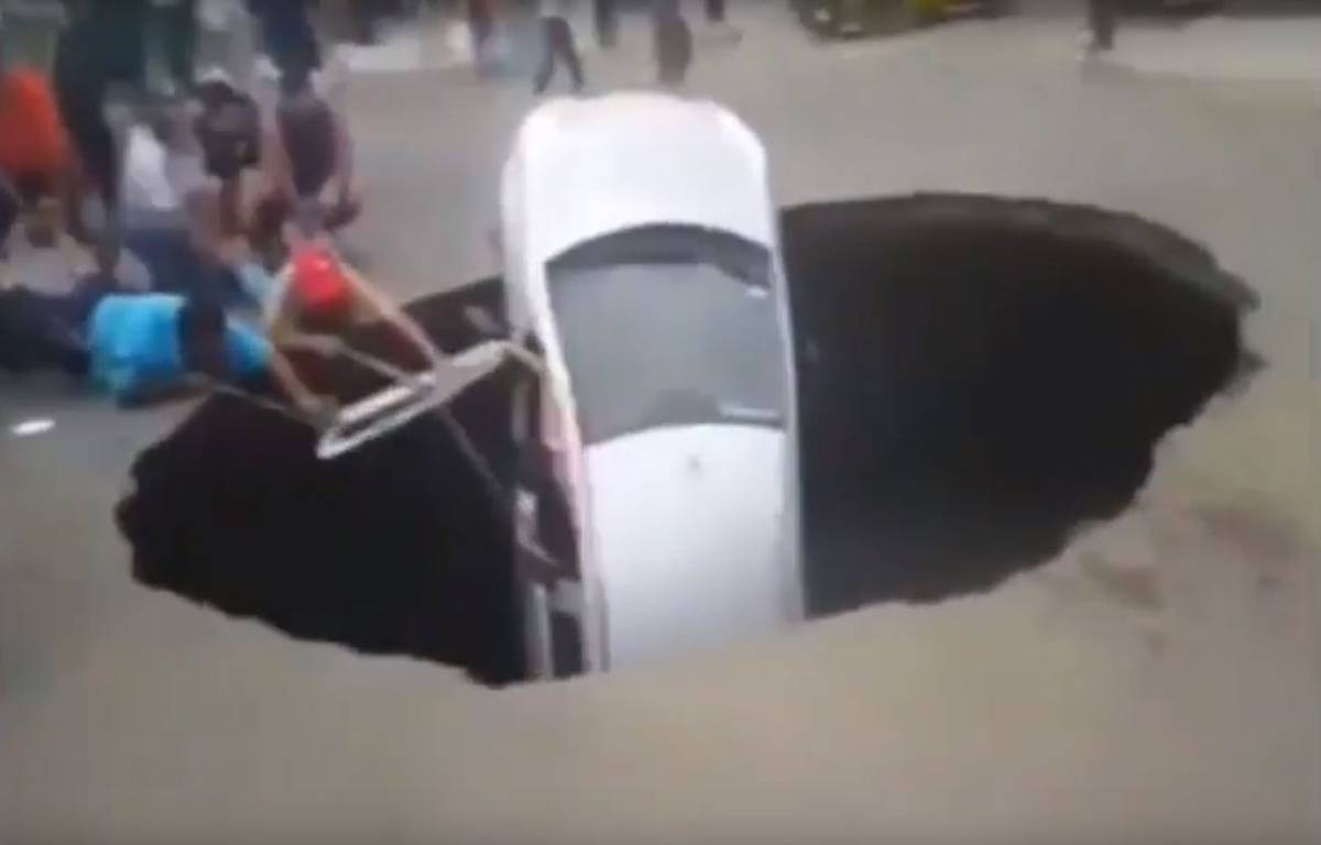 Au Pérou, une voiture avec une famille à son bord a été avalée dans un trou géant, avant d'être secourue par des passants. – Newspedia / YouTube