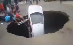 Au Pérou, une voiture avec une famille à son bord a été avalée dans un trou géant, avant d'être secourue par des passants.