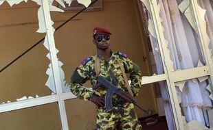 Un soldat burkinabè monte la garde devant le siège de la télévision nationale à Ouagadougou, le 2 novembre 2014