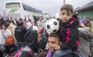 Des migrants arrivent à la frontière austro-hongroise, près de Nickelsdorf, le 5 septembre 2015