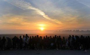 Des migrants et réfugiés attendent de traverser la frontière entre la Grèce et la Macédoine, près du village d'Idomeni, au nord de la Grèce, le 30 octobre 2015