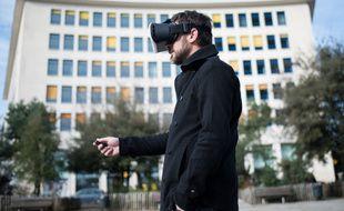 Illustration d'un homme utilisant la réalité virtuelle.
