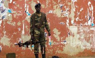 """Des cordes reliées à des arbres délimitent un tronçon routier interdisant le passage devant la maison de l'ex-Premier ministre Carlos Gomes Junior, arrêté à Bissau où des habitants """"ont peur des militaires"""" après un nouveau coup d'Etat qui a décapité l'exécutif jeudi."""