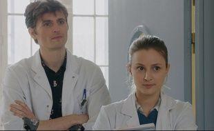 Jimmy (Raphaël Quenard) et Sheila (Tiphaine Daviot), les internes de «HP».