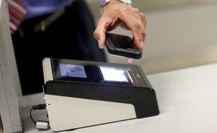 Démonstration dans un aéroport américain de l'application permettant de scanner les passeports des voyageurs.