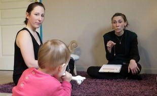 Sabrina (à droite) se sert d'un pendule pour écouter la parole des bébés.
