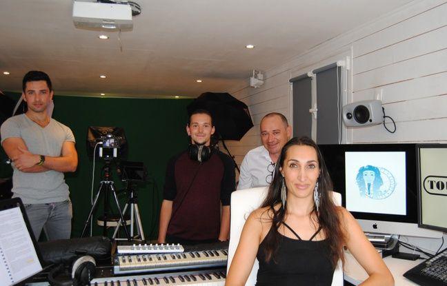 L'équipe de ToutankaTube: Geoffrey Simonet de Laborie, Lilian Farrié, Hubert Evin et Amandine Marshall, dans leur studio de Tournefeuille, près de Toulouse.