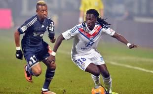 Bafétimbi Gomis et Jordan Ayew lors du match entre Lyon et Marseille le le 15 décembre 2013.