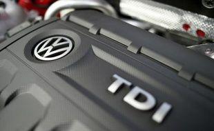 Le logo de Volkswagen sur un moteur diesel d'une voiture du constructeur