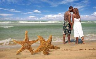 Un couple d'amoureux à la plage.