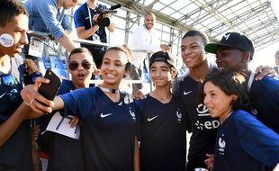 Kylian Mbappé avec des élèves de Bondy, après l'entraînement de l'équipe de France à Istra, le 27 juin 2018.