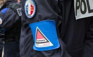 Un policier à l'Ecole Lucien de Hirch, Paris 19eme, en décembre 2016.