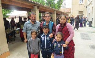 La famille avec la directrice de l'école