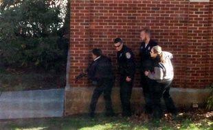 Des policiers sur le campus de l'université de l'Etat du Connecticut, le 4 novembre.
