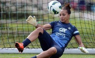 Sarah Bouhaddi, ici lors d'un rassemblement avec l'équipe de France de football, en juin 2013.