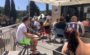 Des touristes attendent de se faire vacciner dans un centre éphémère dans un camping de Bormes-les-Mimosas dans le Var, le 13 juillet 2021.