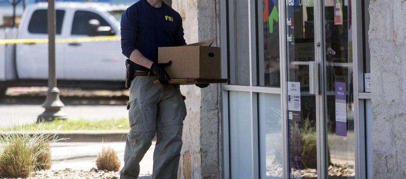 Un agent du FBI devant un bureau FedEX à Austin, le 20 mars 2018.