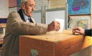 Un Egyptien vote hier au Caire.