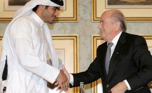 Sepp Blatter, le président de la Fifa, en compagnie du cheik du Qatar, Mohammed Bin Aman Al-Thani,  le 9 novembre 2013, à Doha.