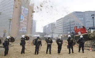 La police belge fait face aux manifestations de producteurs de lait en marge d'une réunion des ministres de l'Agriculture de l'UE, le 5 octobre 2009 à Bruxelles.