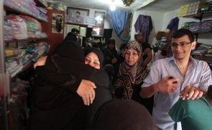 Le Premier ministre libanais Najib Mikati a annoncé le report de sa visite prévue en Turquie, au lendemain d'informations faisant état de la libération de pèlerins chiites libanais enlevés en Syrie mais dont le sort était toujours incertain samedi.